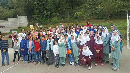 با هدیه کتاب به دانش آموزان صورت گرفت؛ اجرای برنامه «کتاب گشت» توسط کودکان مدرسه سبز سما لاهیجان